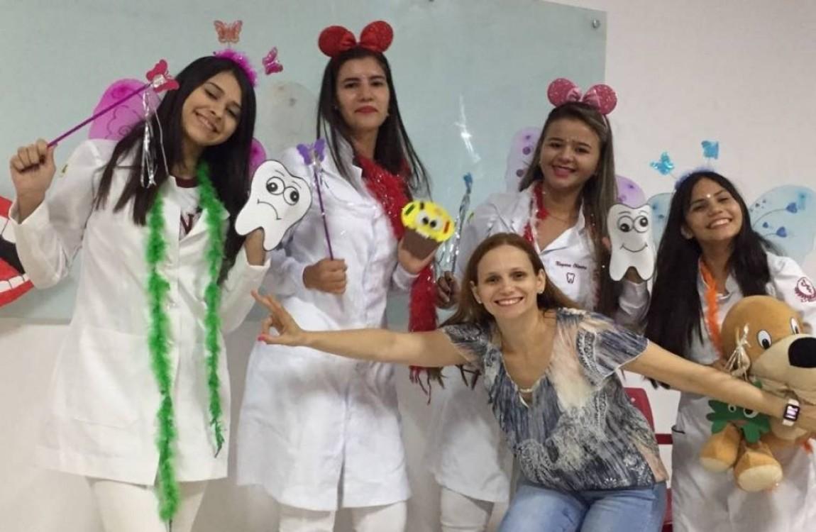 Alunos de Odontologia em atividades da disciplina Odontologia Social e Preventiva II